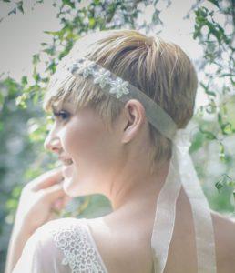 acconciatura per sposa con capelli corti fascetta in organza con applicazioni