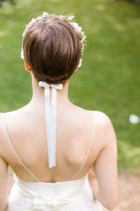acconciatura per sposa con capelli corti cerchietto fermato da nastri in raso che cadono sulla schiena