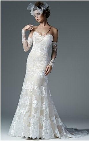 abito da sposa a sirena romantico con manicotti in pizzo