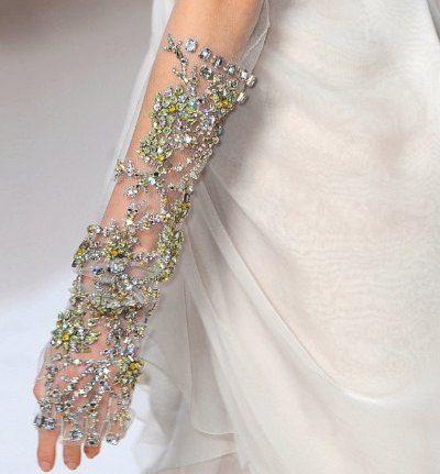 guanti da sposa ricamati con cristalli colorati