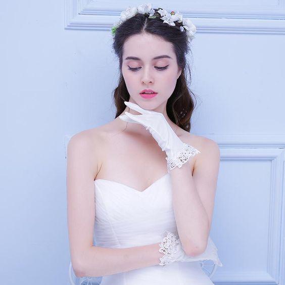 vestito da sposa bon ton con guantino corto bordato in pizzo