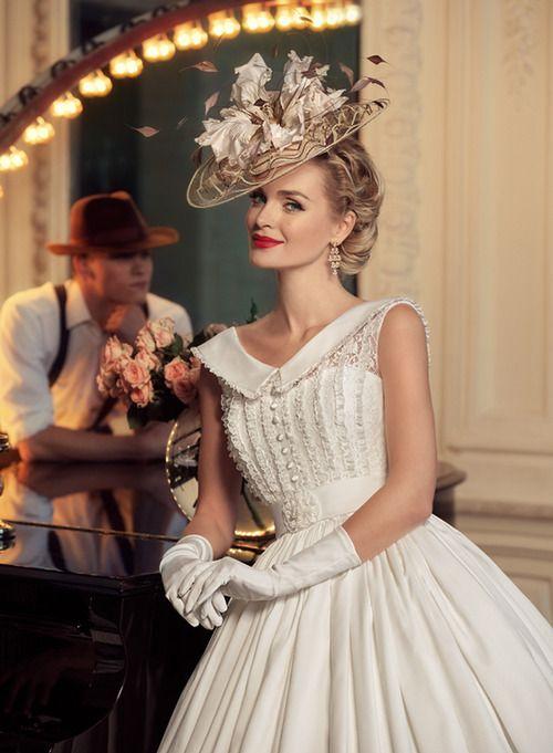 abito da sposa vintage stile anni 50 con guanti di lunghezza media