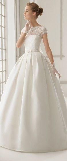 abito da sposa romantico con guantino corto