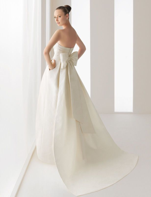 vestito da sposa in tripla organza con fiocco e pannello che formano un dietro iportante
