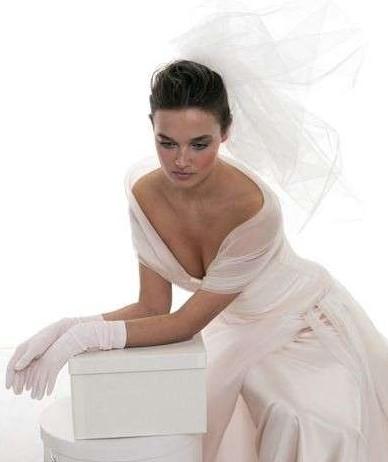 Le spose di Gio sposa con guanti di lunghezza media