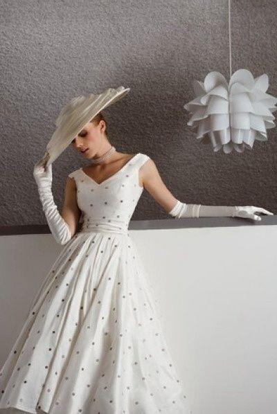 sposa vintage anni 50 con guanti lunghi