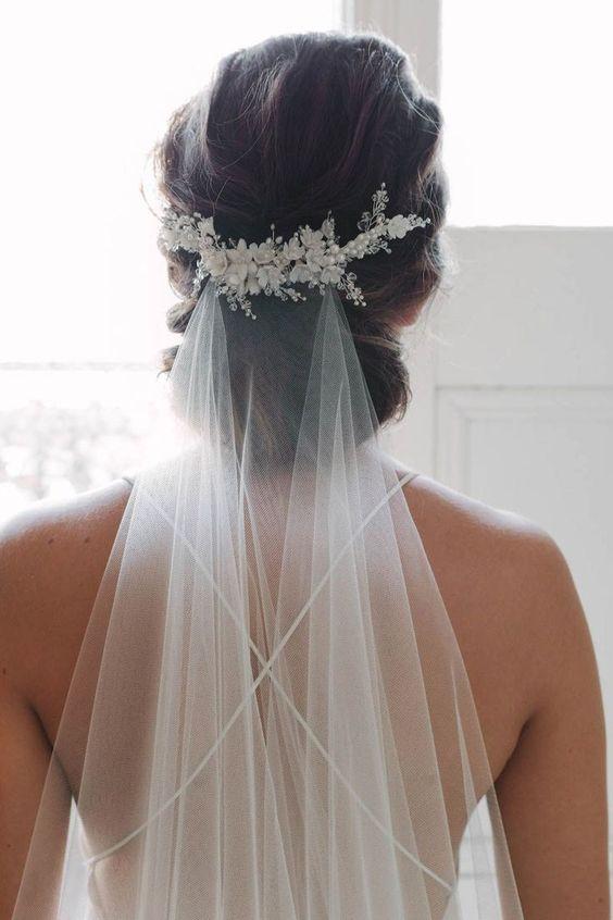 velo da sposa fissato basso con coroncina