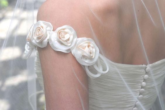 abito da sposa con scollatura omerale manica arricchita da roselline