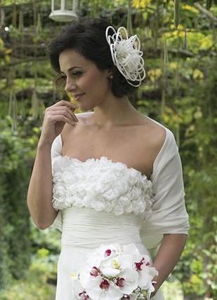 vestito da sposa decolletè con applicazioni effetto 3D