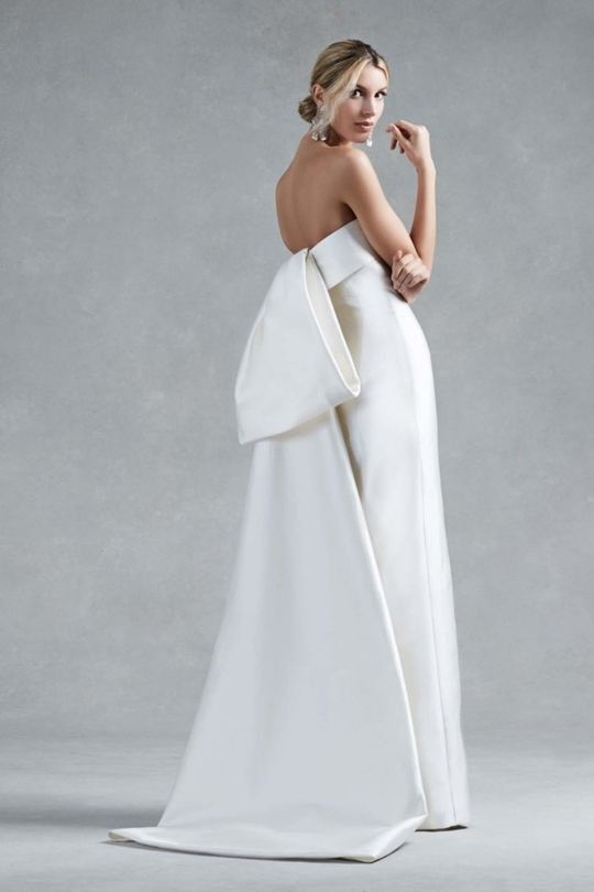 abito da sposa Antonio Riva con grande fiocco a pannello sul dietro