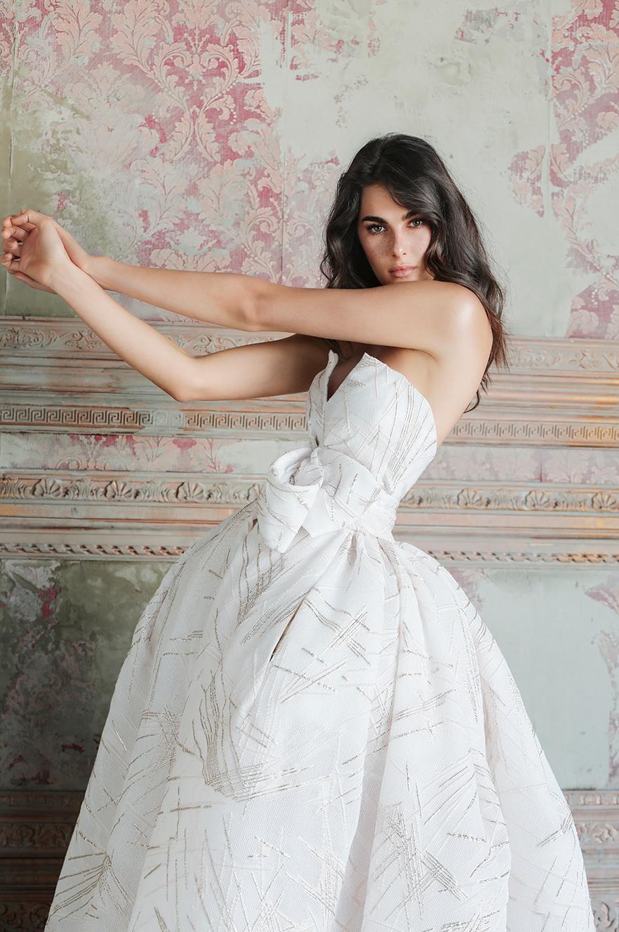 Si tratta di cinque modelli di abito da sposa confezionati con tessuti  preziosissimi che li rendono davvero unici 273b4ad0328
