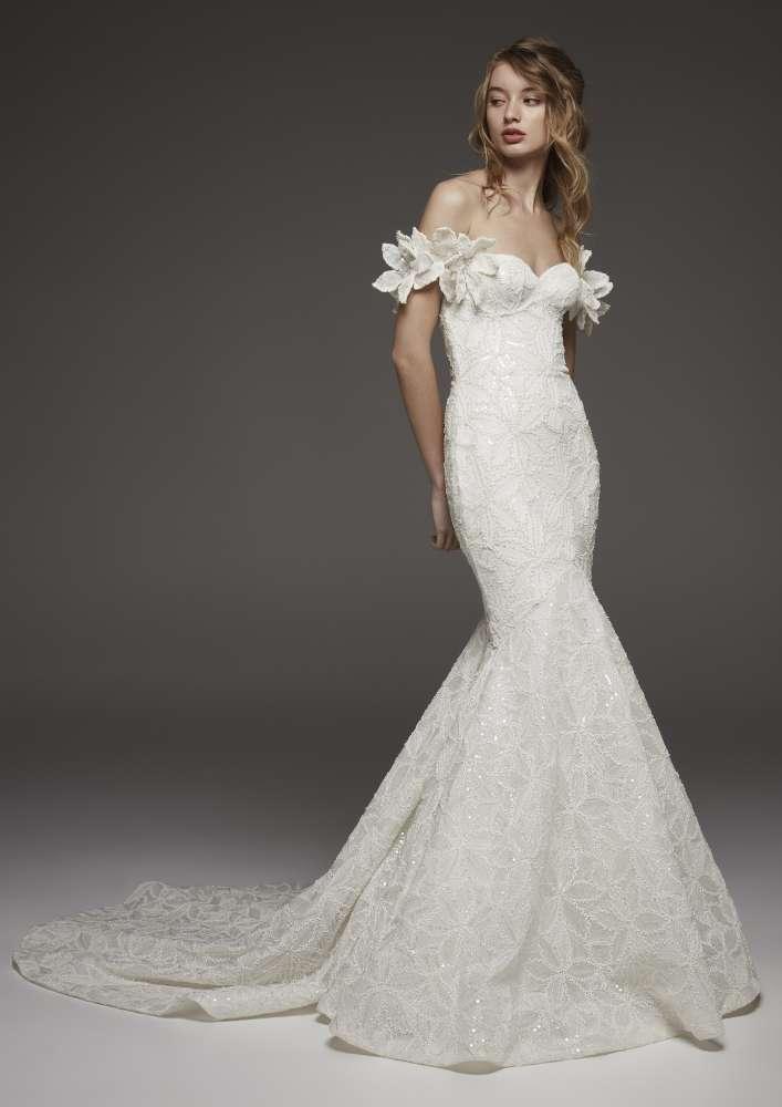Pronovias abito da sposa in pizzo a sirena con scollatura omerale