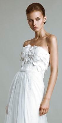 vestito da sposa decolletè con piume