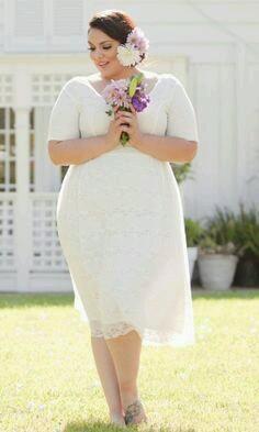 sposa curvy con abito corto