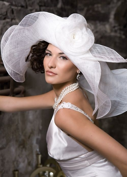Cappello da sposa in paglia bianca
