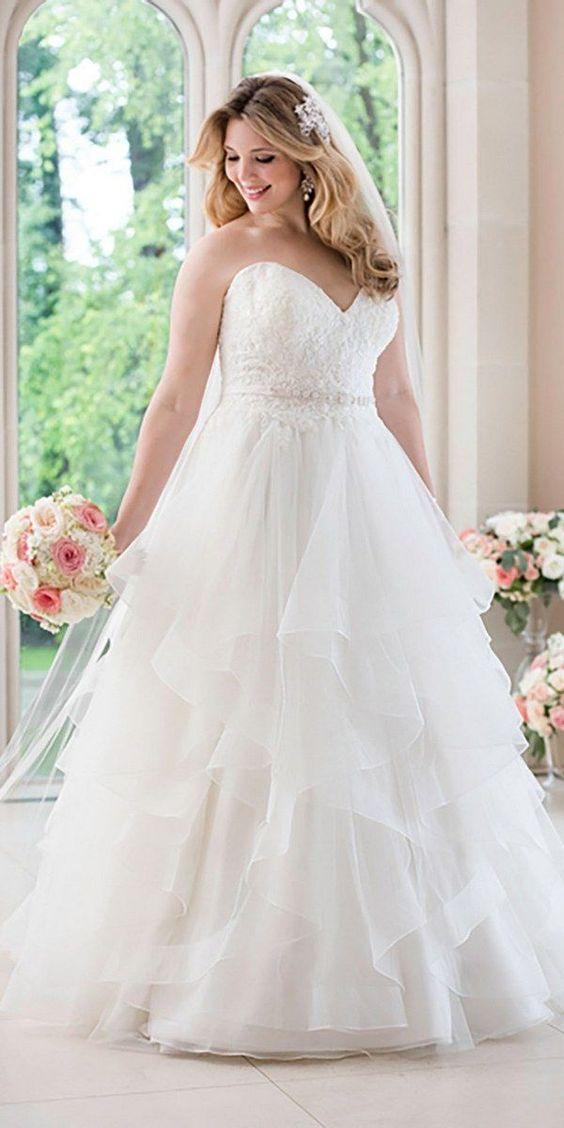 sposa curvy romantica con abito da sposa scollatura a cuore e gonna in organza a balze
