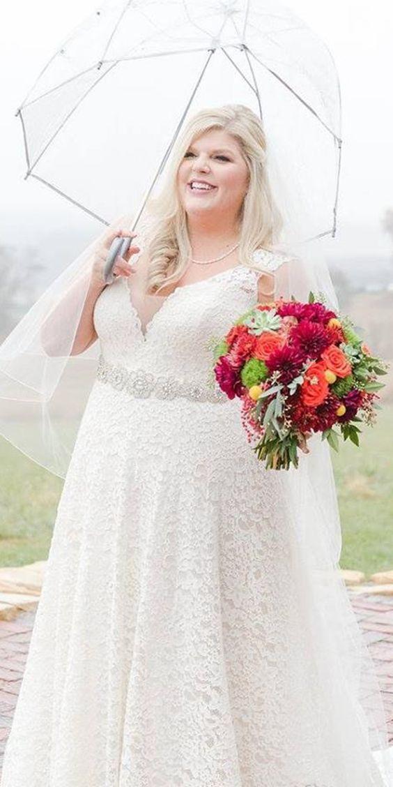 vestito da sposa curvy con scollo a V e vuita alta in pizzo