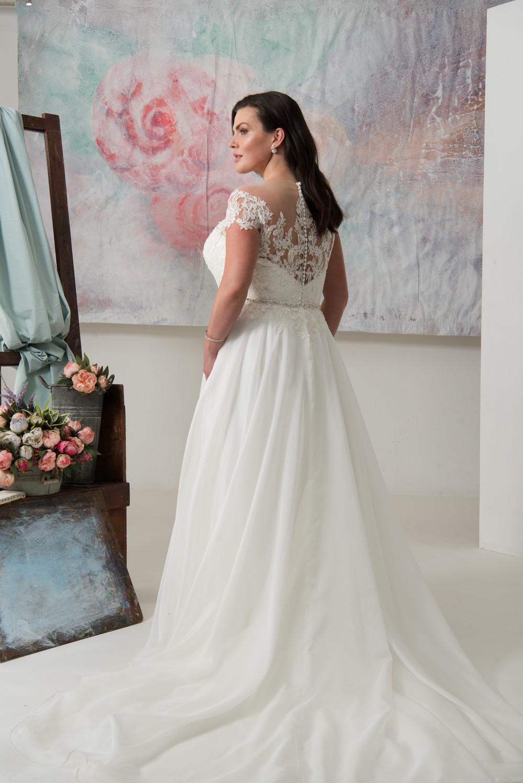 vestito da sposa curvy in pizzo ed organza con schiena effetto tattoo