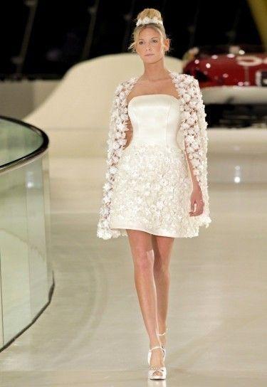 abito da sposa corto con cappa e piccoli fiori 3D
