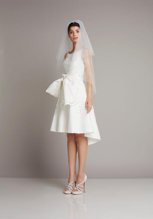 abito da sposa corto Giuseppe Papini con velo da sposa medio