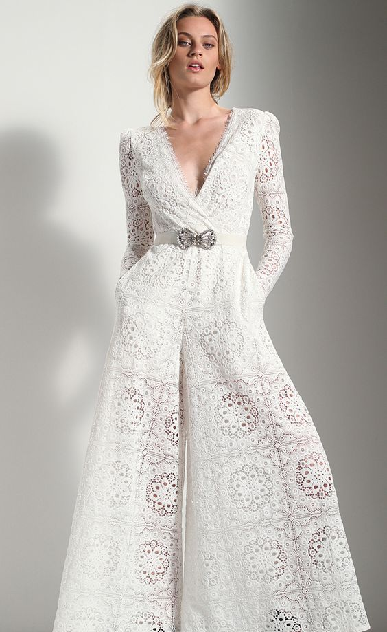 abito da sposa in pizzo con gonna pantalone