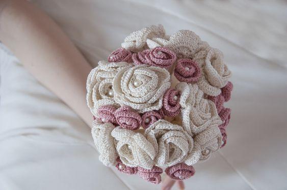 bouquet da sposa fatto con fiori fatto ad uncinetto