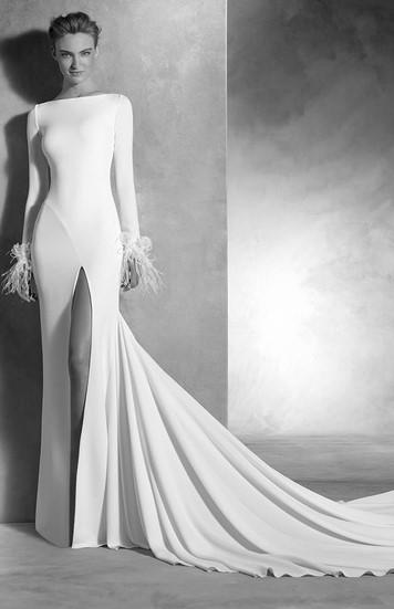 abito da sposa con bordi i piume sulle maniche