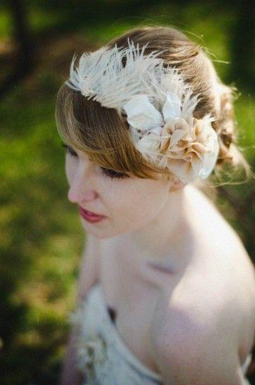 cerchietto sposa con fiori in tessuto e piume