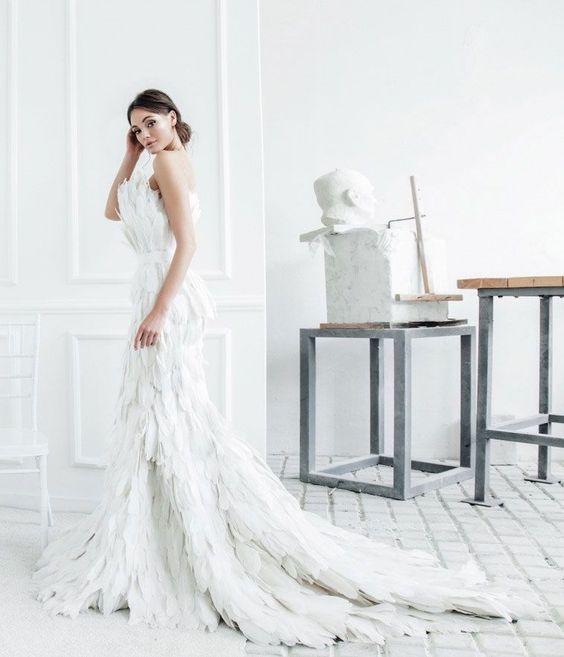 abito da sposa in piume di cigno