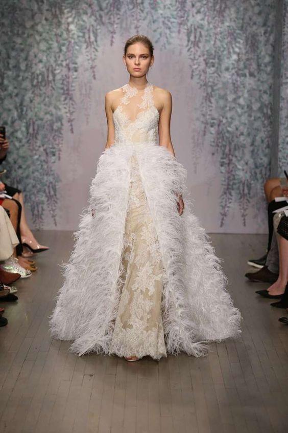 abito da sposa in pizzo con sopragonna di piume