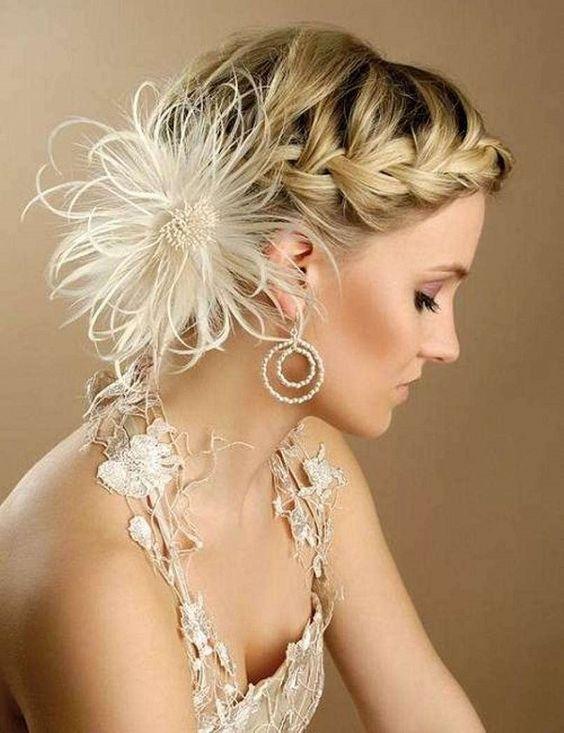 acconciatura sposa con fiore di piume
