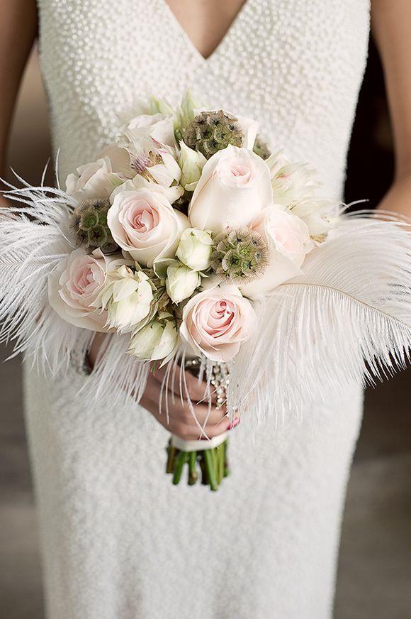 bouquet da sposa di rose e piume