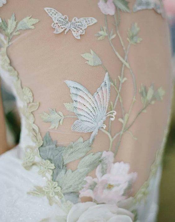 particolare di abito da sposa con schiena ricamata effetto tattoo