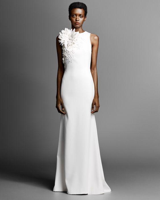 abito da sposa minimal chic con applicazioni floreali effetto 3D