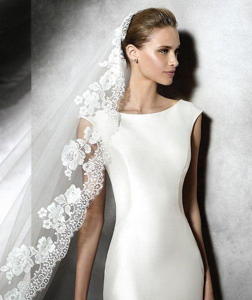 velo da sposa bordato in pizzo su abito minimal