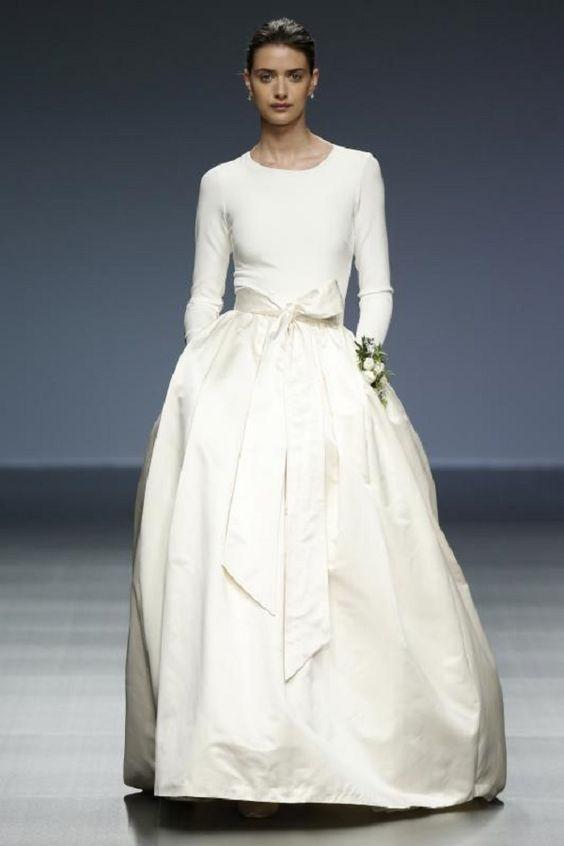 abito da sposa minimal con gonna ampia