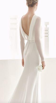 abito da sposa minimal con scollatura a V sulla schiena e maniche lunghe