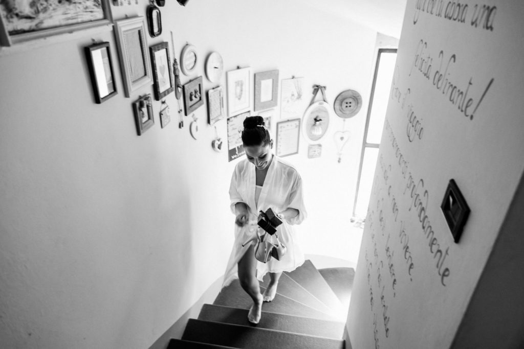 futura sposa che sale le scale