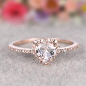 anello di fidanzamento con pietra a cuore
