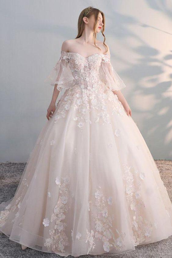 abito da sposa  ampio in tulle e pizzo stile 700