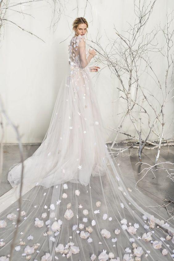 abito da sposa con mantella in tulle