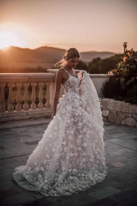 abito da sposa ampio con tessuto effetto 3D
