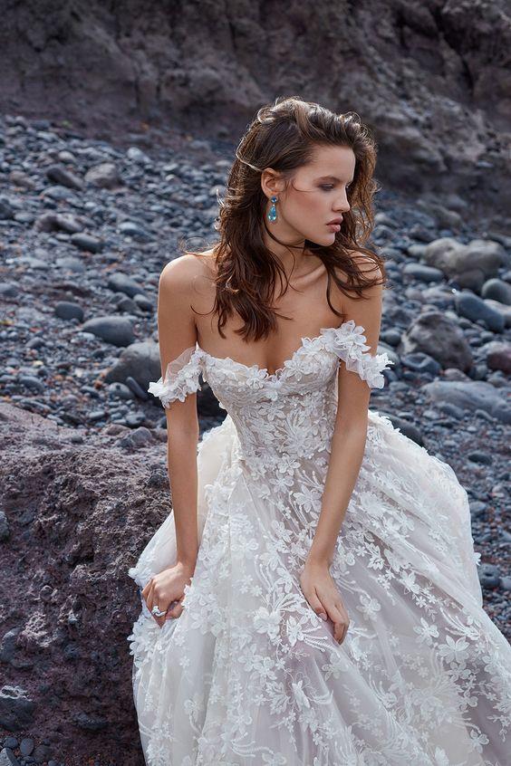 abito da sposa con scollatura omerale stile boho chic