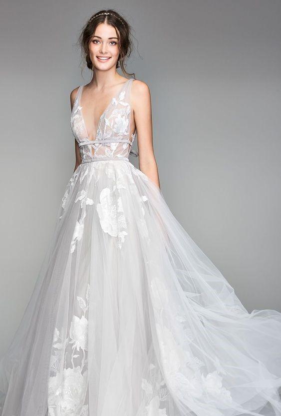 abito da sposa ampio con profonda scollatura a V