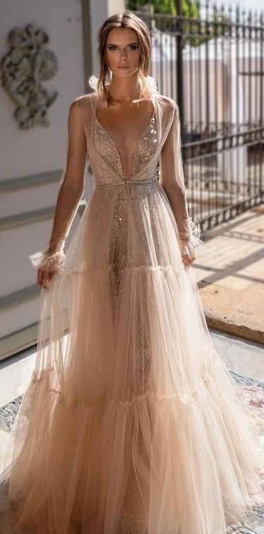 abito da sposa svasato oro con profonda scollatura a V