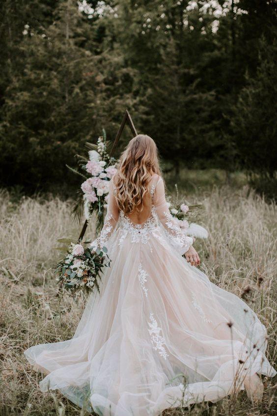 abito da sposa romantico con scollatura profonda sulla schiena