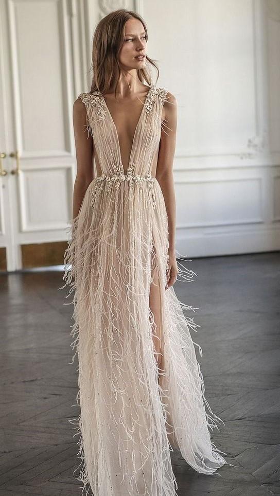 abito da sposa peplo con piume scollatura profonda e gonna con spacco laterale