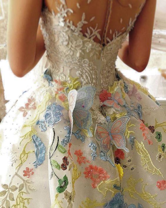 abito da sposa con ricami di fiori colorati e farfalle applicate