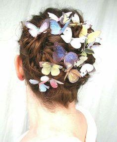 Acconciatura sposa raccolta con farfalle