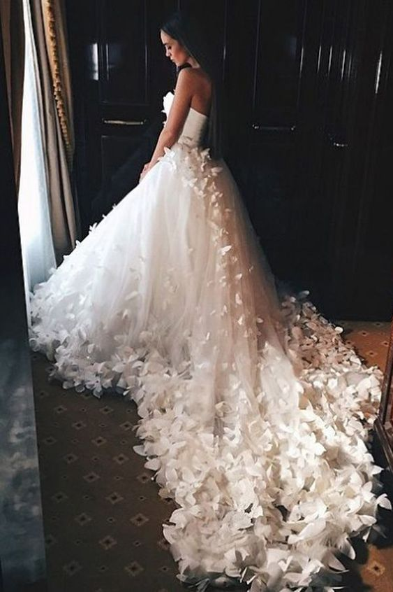 abito da sposa con farfalle